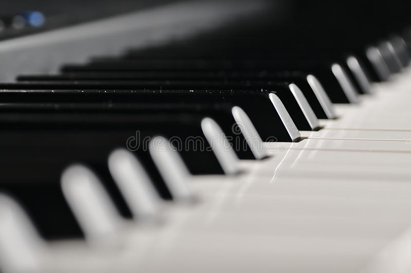 Chaves do piano Instrumento musical no estágio fotografia de stock