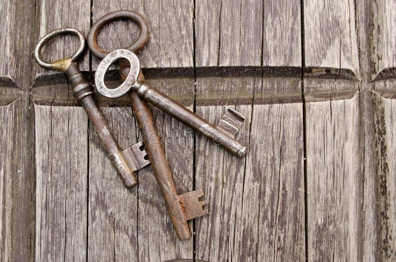 Chaves do vintage no fundo de madeira velho Close-up Três velhos, chaves rústicas na tabela foto de stock