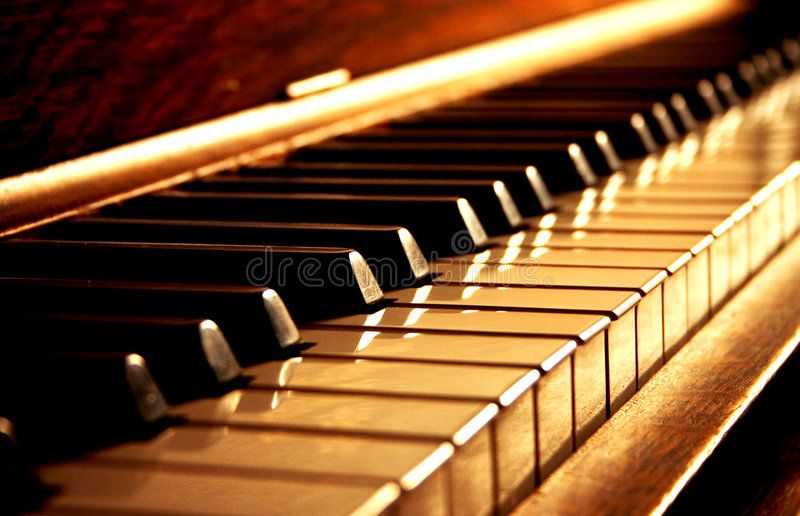Chaves douradas do piano foto de stock royalty free