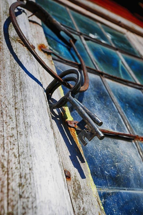 Chaves e anel antigos velhos contra janela leaded fotografia de stock royalty free