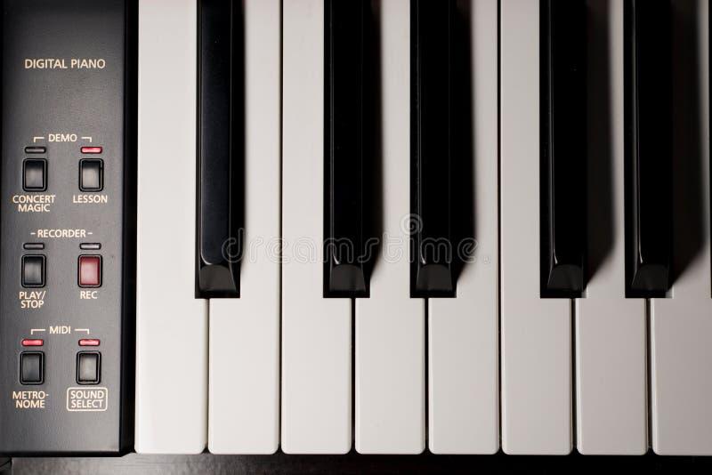 Chaves e controles bondes do piano de cima de imagem de stock