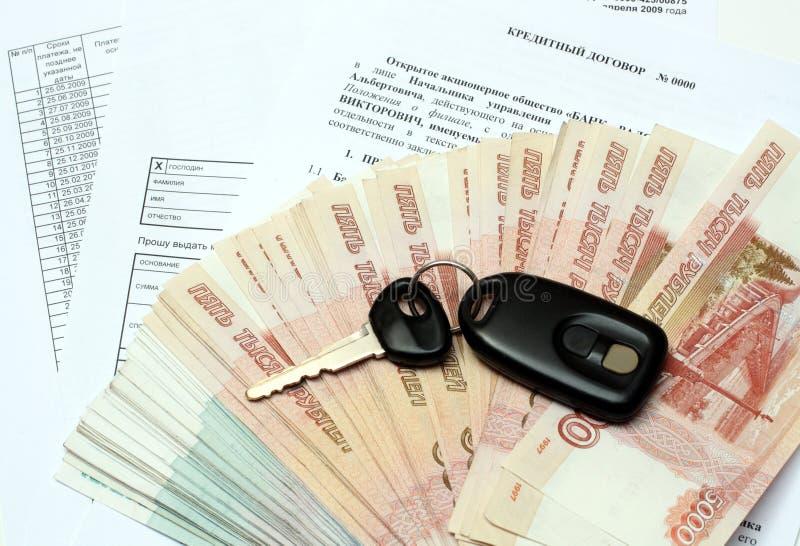 Chaves e dinheiro do carro no contrato do crédito imagem de stock