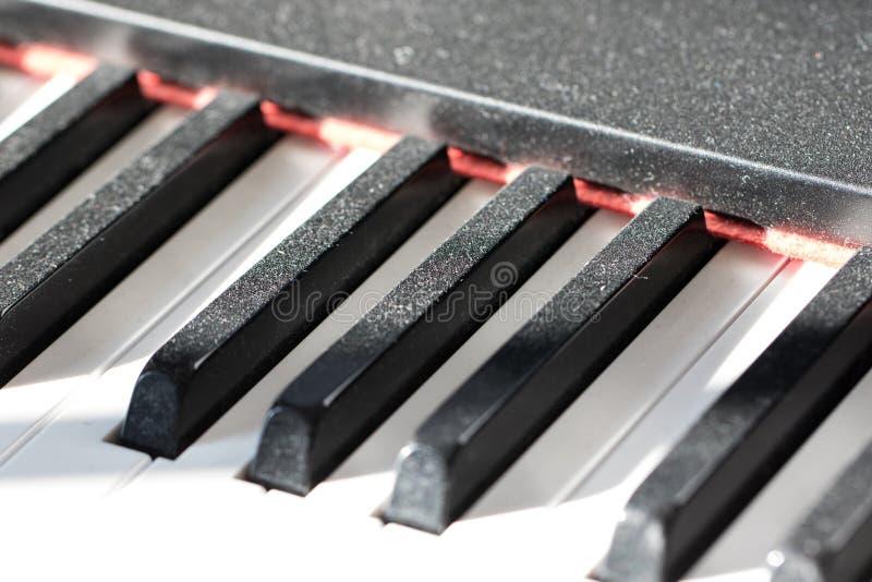 Chaves empoeiradas do piano Imagem relutante do conceito do músico Falta do prac fotos de stock