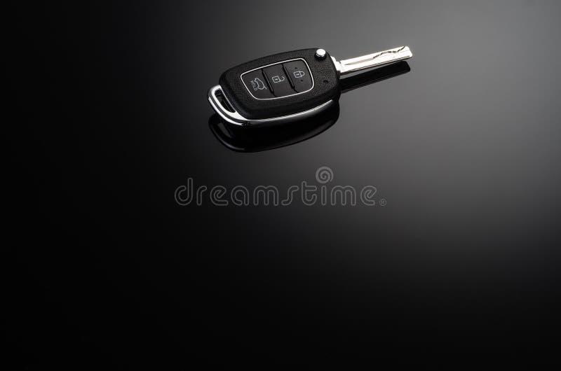 Chaves modernas do carro isoladas no fundo reflexivo preto imagens de stock royalty free