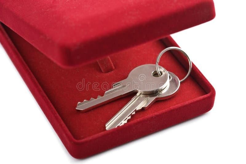 Chaves na caixa de presente vermelha isolada imagens de stock
