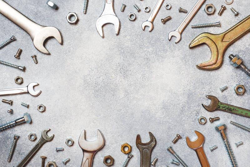 Chaves, parafusos das ferramentas e porcas no fundo concreto cinzento com espaço da cópia foto de stock royalty free