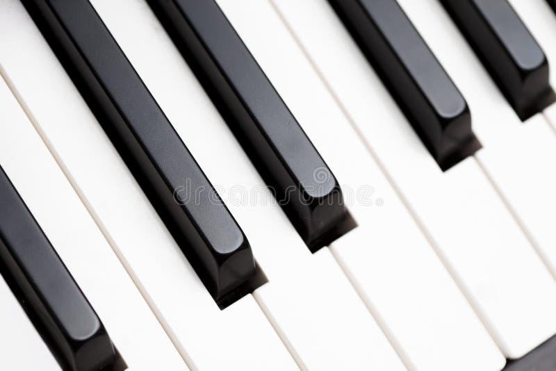 Chaves pretas & brancas do piano fotografia de stock