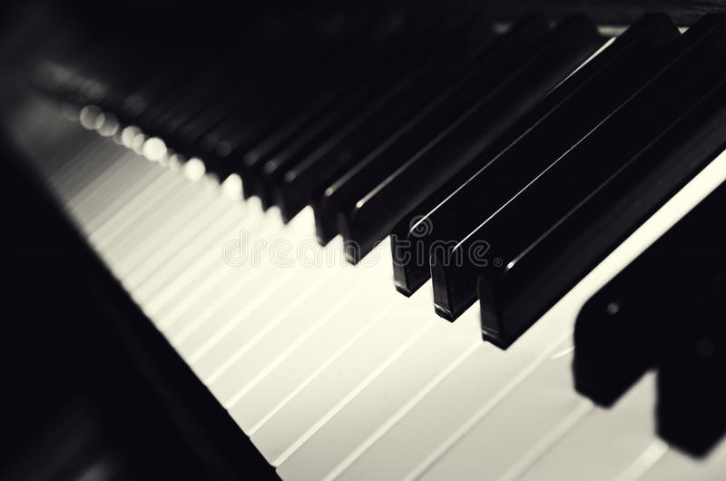 Chaves preto e branco do piano imagens de stock