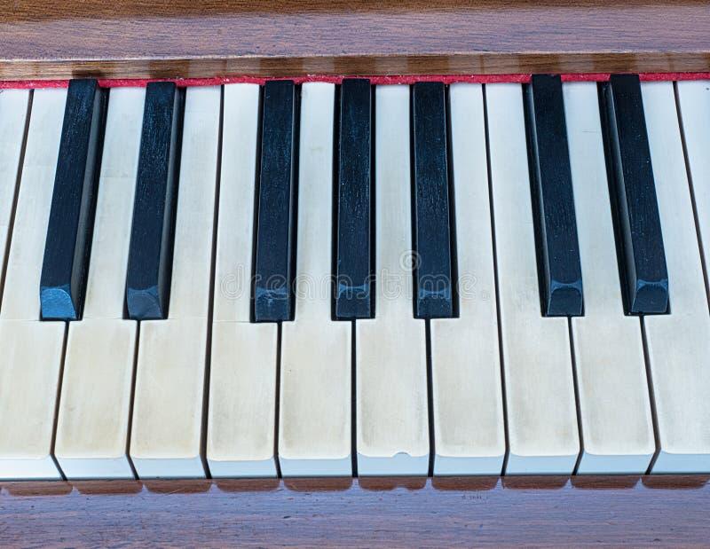 Chaves preto e branco do piano velho imagens de stock
