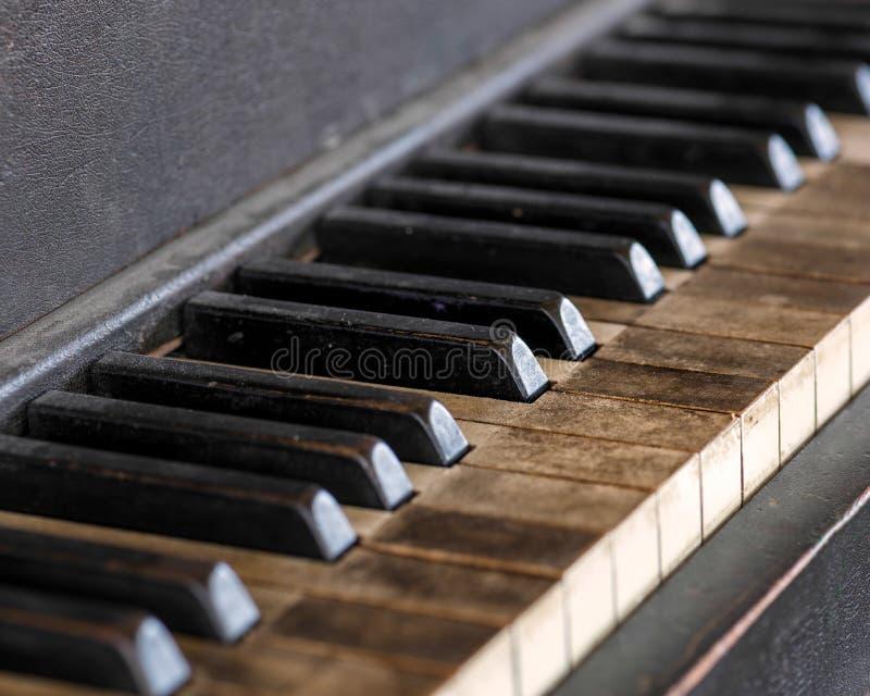Chaves sujas do piano fotografia de stock