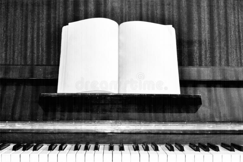 Chaves velhas do piano do grunge com efeito fotos de stock royalty free