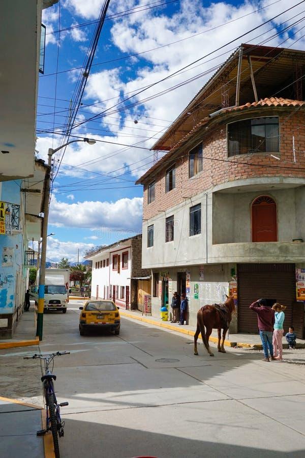 Chavin de Huantar, Ancash/Peru: 12 de junho de 2016: homens que encontram-se em uma esquina da rua de Chavin de Huantar com caval fotos de stock royalty free