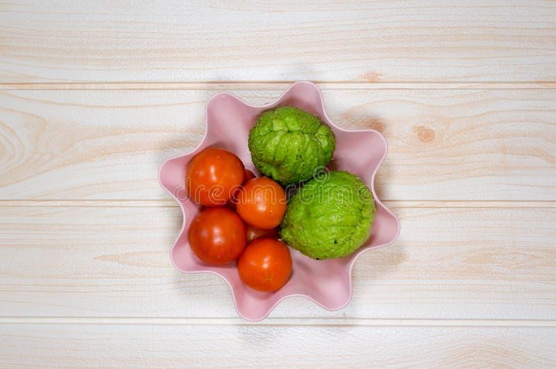 Chayote verde de tomates en cocinar de la tabla fotos de archivo