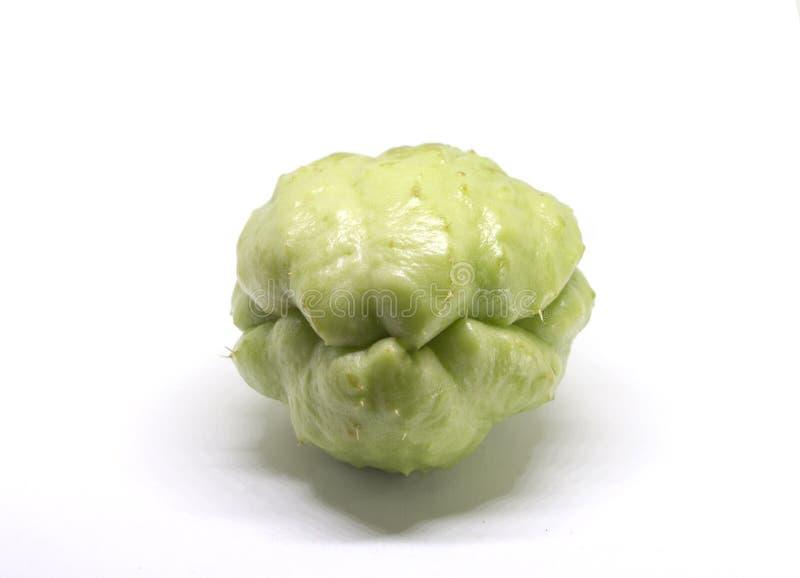 Chayotegrönsak som isoleras på vit Exotiskt foto för grönsakchayotestudio royaltyfri foto