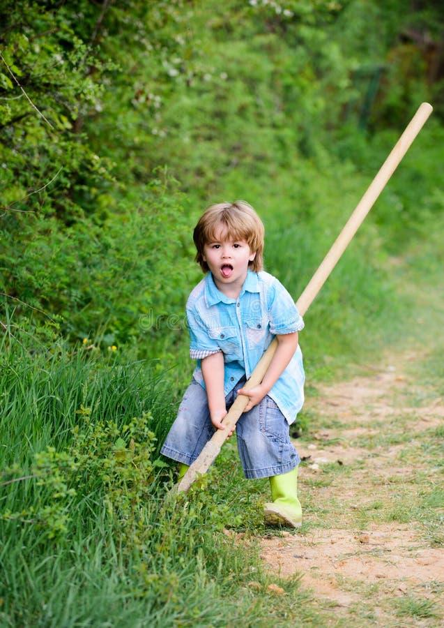 Chcę znajdować skarby Chłopiec szuka skarby z łopatą szcz??liwego dzieci?stwa Przygody polowanie dla skarb?w zdjęcie royalty free