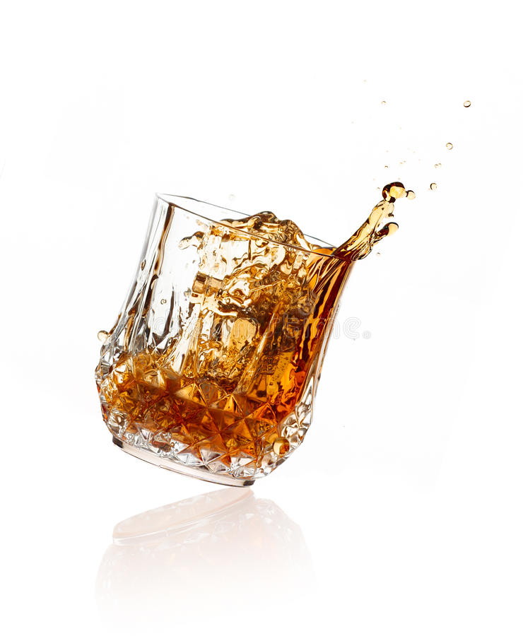 Chełbotania whisky na szkle nad Białym tłem obrazy royalty free