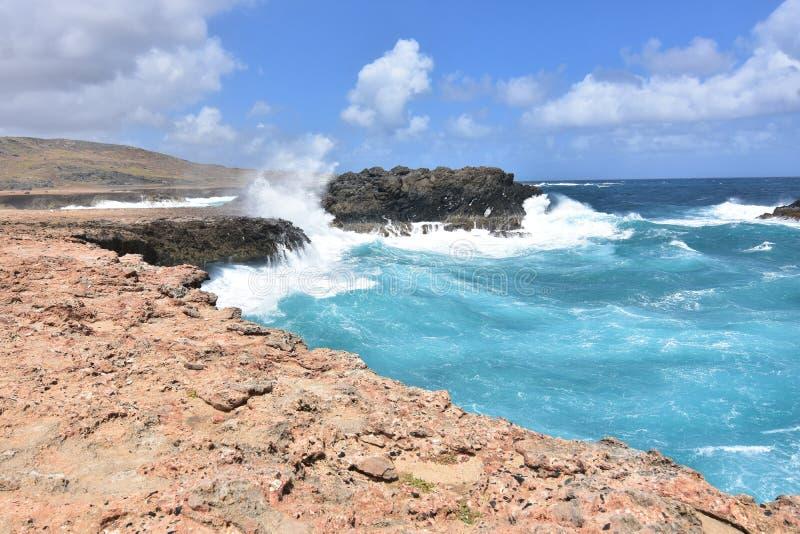 Chełbotanie oceanu fala z skałami Blisko Andicuri plaży zdjęcie royalty free