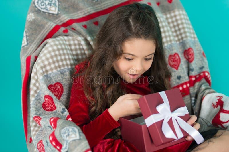 Che cosa è all'interno Piccolo contenitore di regalo aperto sorridente felice del nuovo anno della ragazza Ragazza sveglia del pi fotografie stock libere da diritti