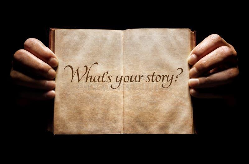 Che cosa è la vostra storia? mani che tengono un fondo del libro aperto fotografie stock libere da diritti