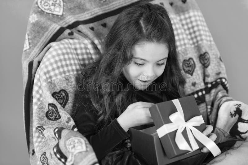 Che cosa ? all'interno Piccolo contenitore di regalo aperto sorridente felice del nuovo anno della ragazza Ragazza sveglia del pi fotografia stock libera da diritti