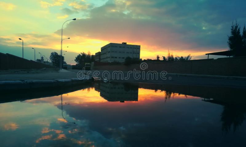 Che pioggia va non è appena uno stagno del it& x27 dell'acqua; s s mondo di manifestazione dello specchio un nuovo, specchio natu immagine stock