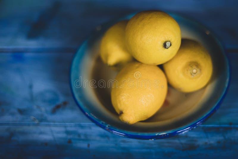 Cheap de 4 citrons sur fond bleu photo stock
