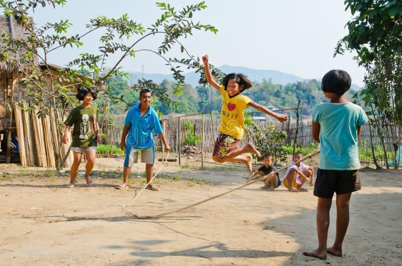 cheark儿童dod演奏绳索的jumpin kra 免版税库存图片