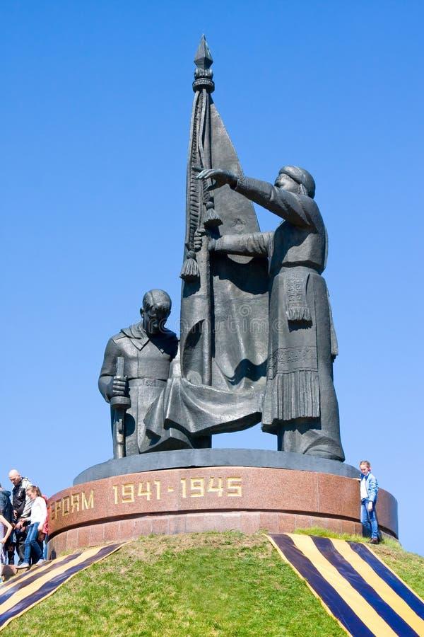CHEBOKSARI, CHUVASHIA, RUSIA PUEDE, 9: Gente cerca del monumento de héroes en el parque de la victoria en mayo 9,2014 imágenes de archivo libres de regalías