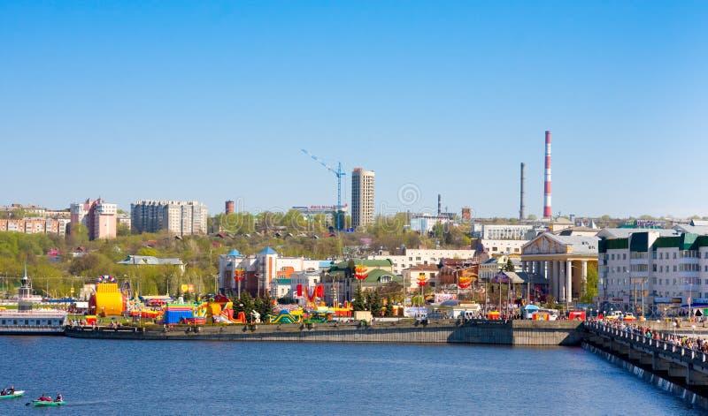 CHEBOKSARI, CHUVASHIA, RUSIA PUEDE, 9, 2014: Opinión sobre bahía y la parte histórica de la ciudad el 9 de mayo de 2014 Capital d fotos de archivo