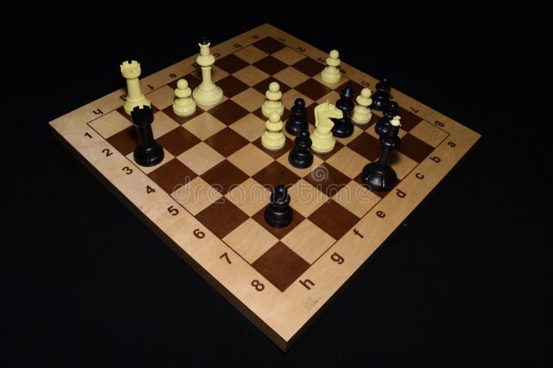 Chechered deska z czarnymi bierkami lubi umiejętności tło obraz royalty free