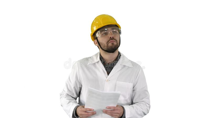 Cheching Papiere und etwas des Bauleiters um ihn auf weißem Hintergrund stockbilder