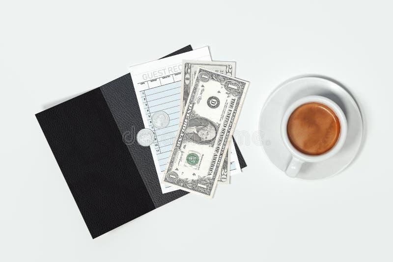 Check, kassapengar och kaffekopp som isoleras på vit bakgrund framförande 3d royaltyfri foto