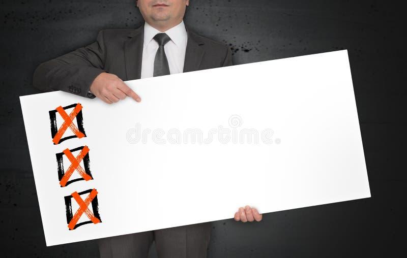 Checkbox de affiche wordt gehouden door zakenman royalty-vrije stock foto