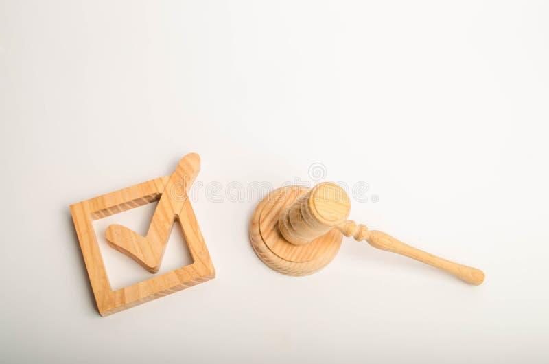 Checkbox och hammare av domaren framförd bild för fläck för kontroll 3d Begreppet av ett juridiskt beslut Folkomröstning och val- arkivbild