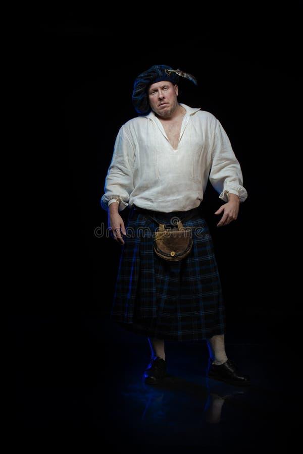 Человек с бородой в голубом checkered шотландском костюме стоковое фото