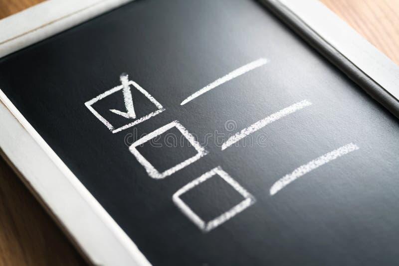 Checkliste auf Tafel Tagesordnung und Fortschritt des Projektes im Geschäft Dokument von fertigen Arbeitspflichten und -verantwor lizenzfreie stockbilder