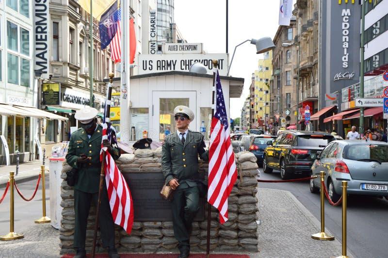 Checkpoint Charlie berömd passage mellan den västra och östliga Berlin under kalla kriget För anseendevakt för amerikansk soldat  fotografering för bildbyråer
