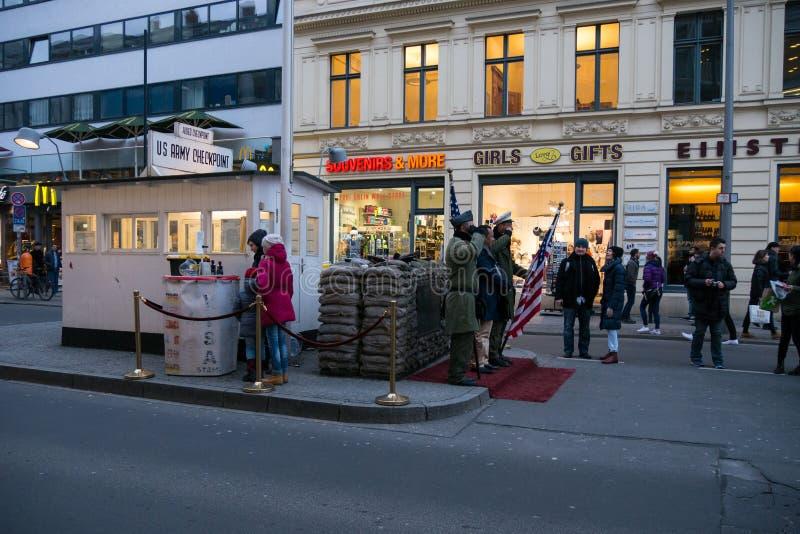 Checkpoint Charlie in Berlijn, Actoren in Militaire eenvormig stelt voor foto's met toeristen stock afbeeldingen