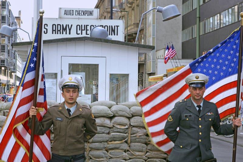 Checkpoint Charlie in Berlijn; Duitsland stock foto