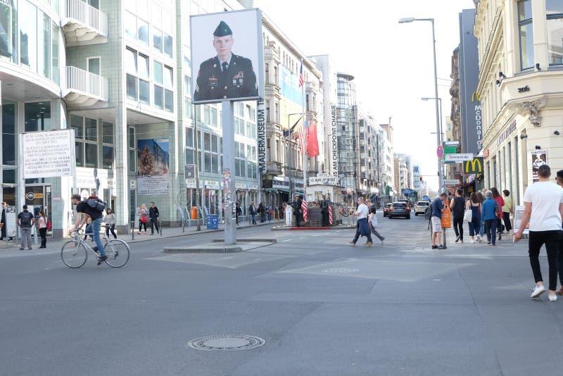 Checkpoint Charlie Berlin z ludźmi zdjęcia stock