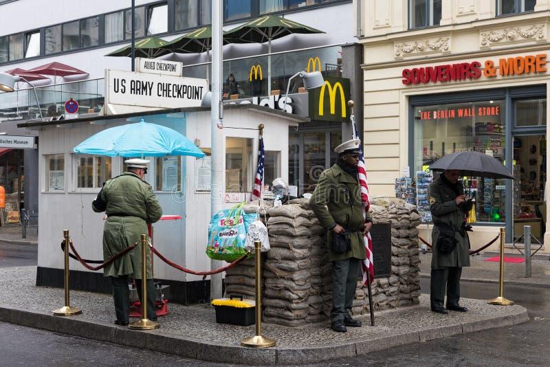 Checkpoint Charlie em Berlim imagens de stock royalty free