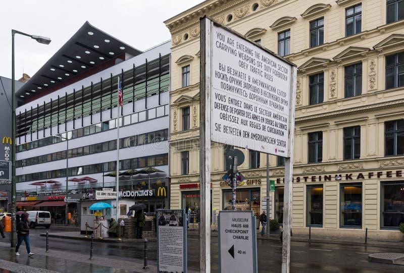 Checkpoint Charlie em Berlim foto de stock