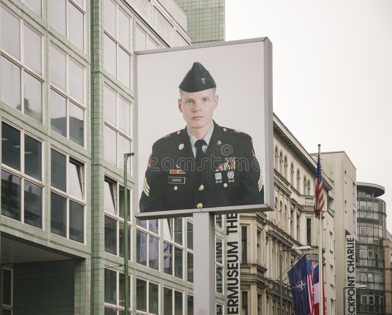 Checkpoint Charlie en BERLÍN, Alemania imagen de archivo