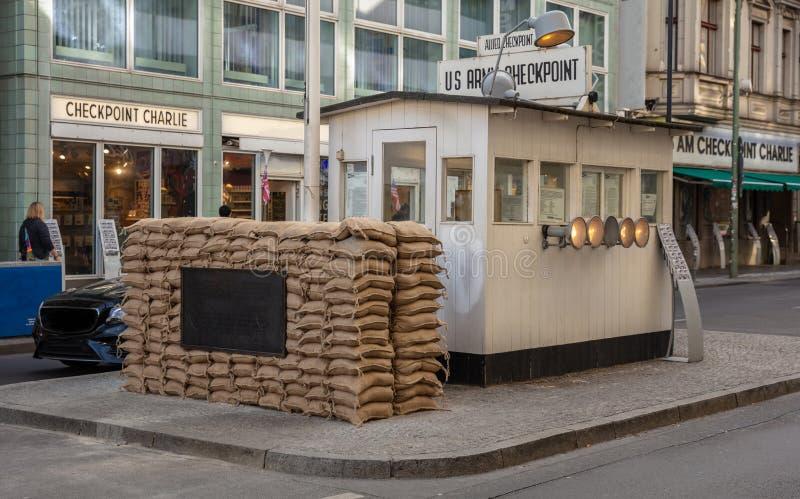 Checkpoint Charlie från västra till öst, i Berlin Germany royaltyfri fotografi