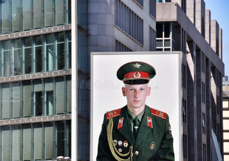 Checkpoint Charlie stående arkivbilder