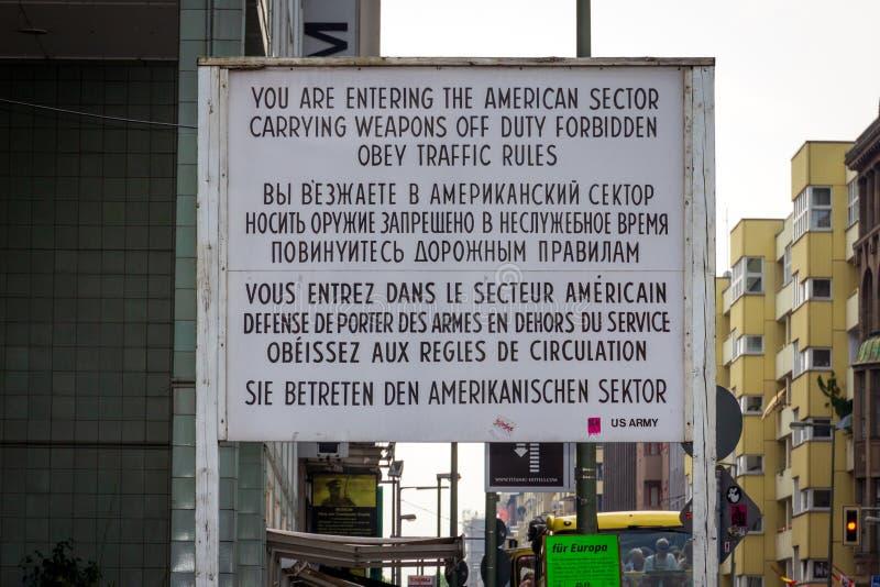 Checkpoint Charlie tecken Berlin fotografering för bildbyråer