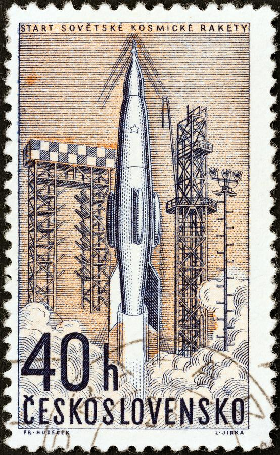 CHECOSLOVÁQUIA - CERCA DE 1962: Um selo impresso no lançamento das mostras de Checoslováquia do foguete soviético, cerca de 1962 fotografia de stock