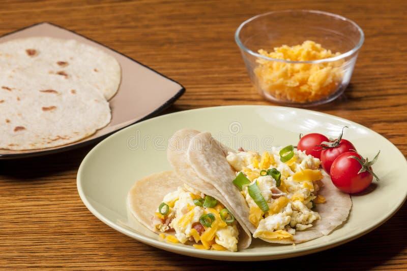 Cheddar-Käse und Frühstück Burritos stockfotografie