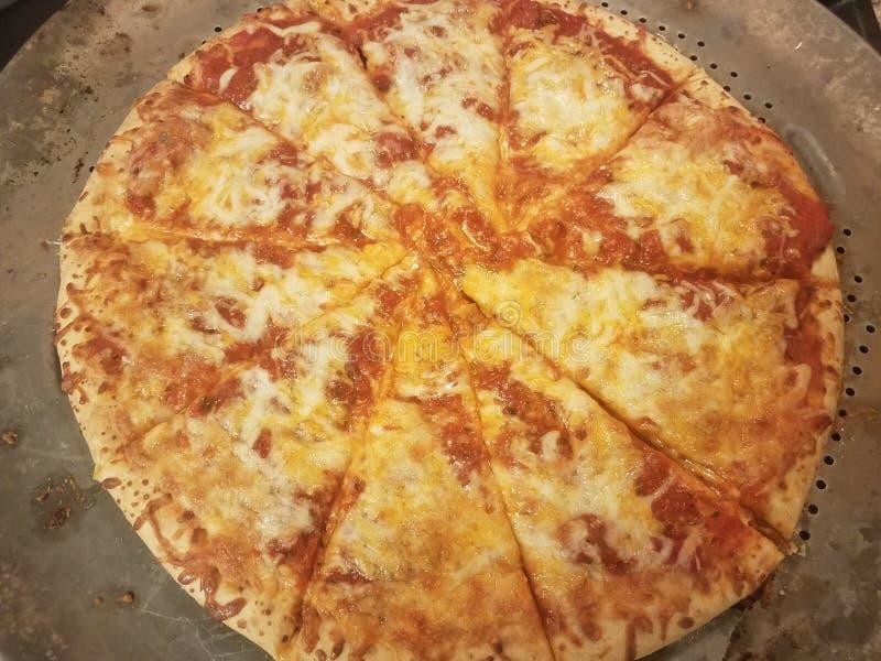 Cheddarkäse- und Mozzarellakäsepizza mit der Tomatensauce geschnitten auf Metallbehälter stockfotos