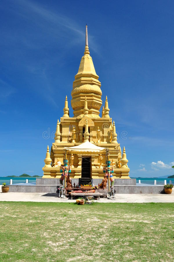 Chedi buddista sulla spiaggia immagini stock